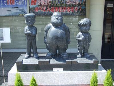 ズッコケ三人組のモニュメント(JR西広島駅)