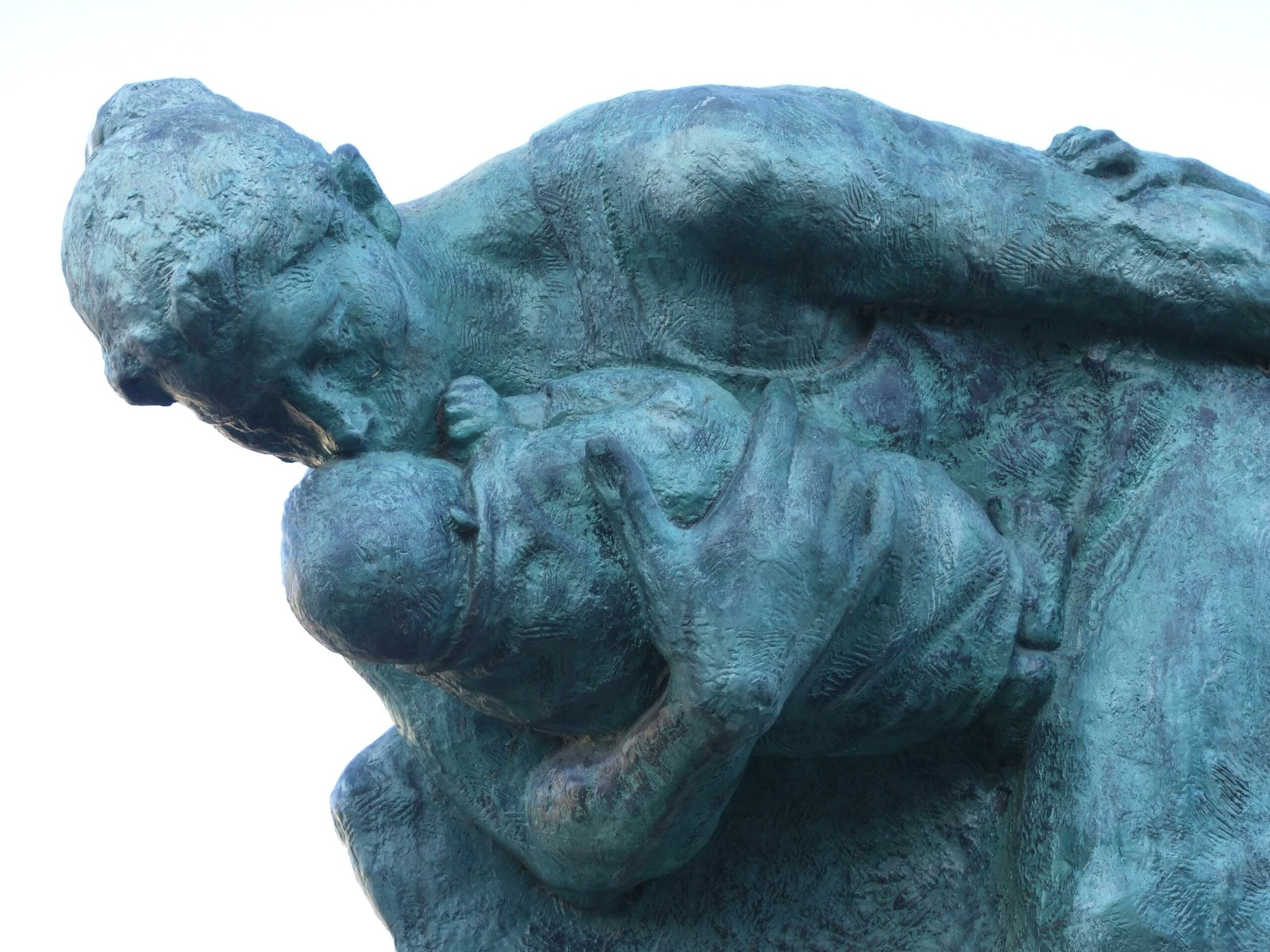 嵐の中の母子像